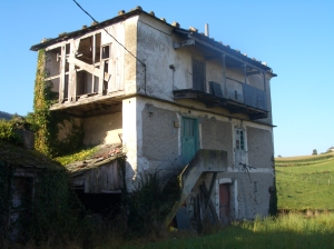 Enorme granera con balconadas penales y costales y un piso superior con zona de secado. Villabona (Navia, Asturias).